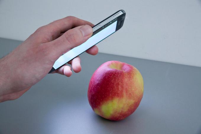 Smartphone und Apfel
