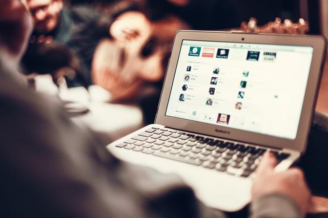Mann online am Notebook