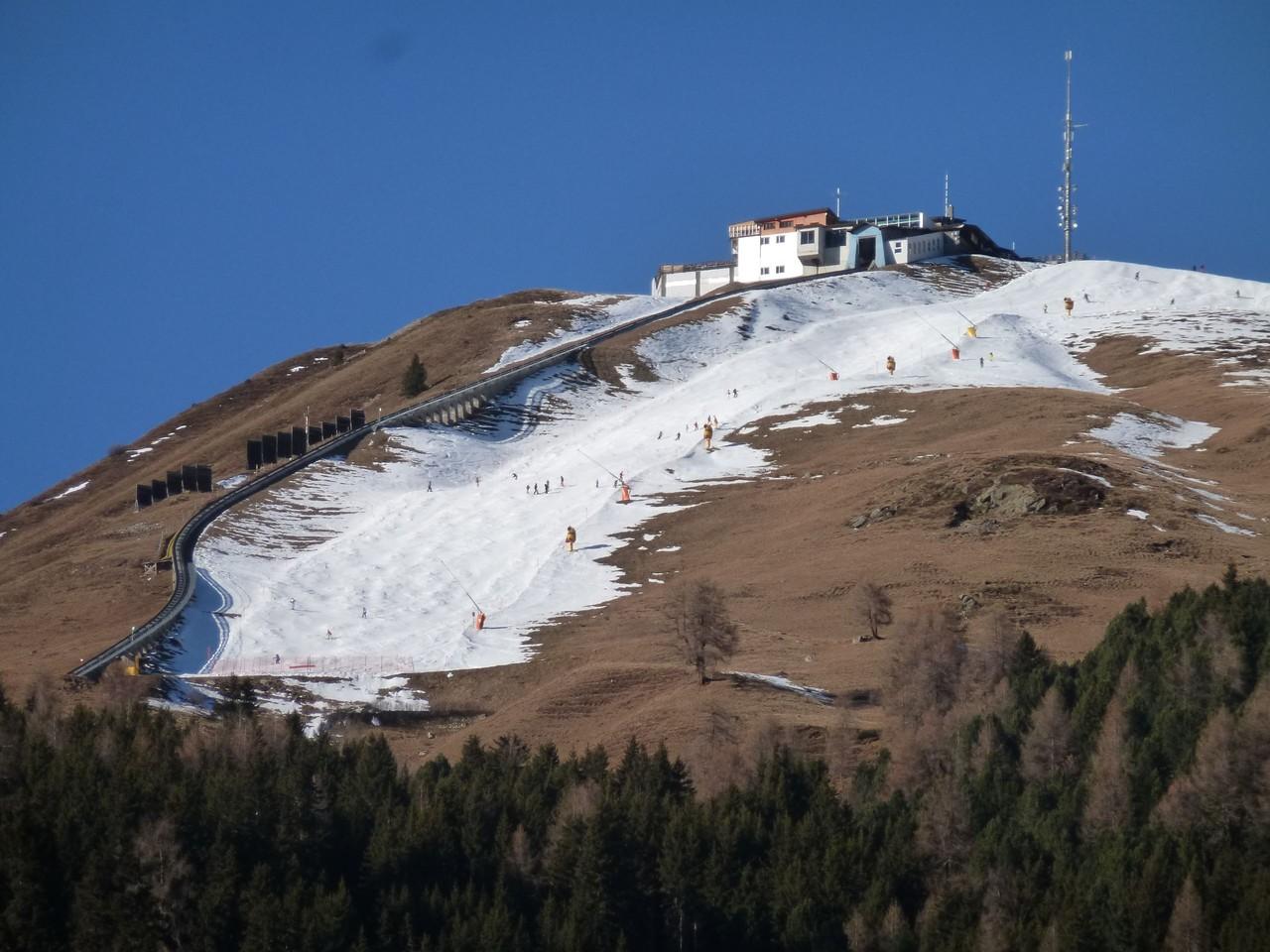 Skipiste in Davos mit wenig Schnee